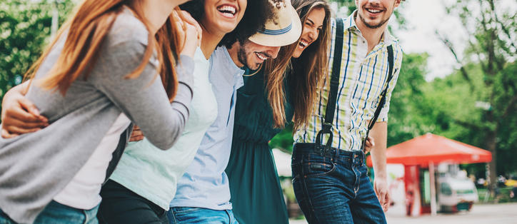 groupe étudiants heureux