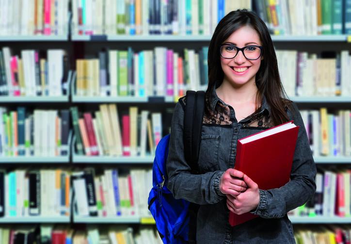 étudiante devant une bibliothèque